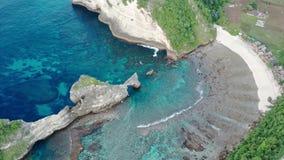 Widok z lotu ptaka zielony tropikalny wybrze?e wyspa Nusa Penida, Atuh pla?a, Bali, Indonezja Jasne b??kitne ocean fale zbiory