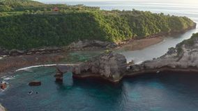 Widok z lotu ptaka zielony tropikalny wybrze?e wyspa Nusa Penida, Atuh pla?a, Bali, Indonezja Jasne b??kitne ocean fale zbiory wideo