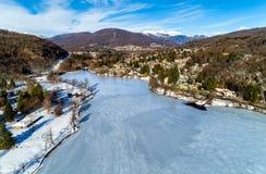 Widok z lotu ptaka zima krajobraz zamarznięty jeziorny Ghirla w prowinci Varese Obraz Stock