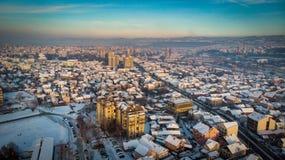 Widok z lotu ptaka zmierzch w mieście w zimie zdjęcie stock