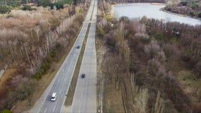 Widok z lotu ptaka zza miasta droga wraz z jeziorem i lasem zbiory