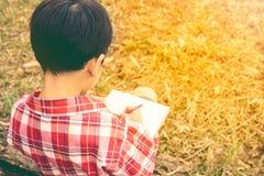 widok z powrotem Chłopiec writing na książce jest edukacja starego odizolowane pojęcia ilustracyjny lelui czerwieni stylu rocznik Obraz Royalty Free