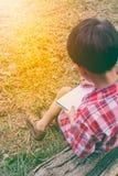 widok z powrotem Chłopiec writing na książce jest edukacja starego odizolowane pojęcia ilustracyjny lelui czerwieni stylu rocznik Zdjęcie Stock