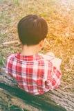 widok z powrotem Chłopiec writing na książce jest edukacja starego odizolowane pojęcia ilustracyjny lelui czerwieni stylu rocznik Obrazy Stock