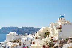 Widok z tradycyjnymi białymi budynkami nad wioską Oia Zdjęcia Stock