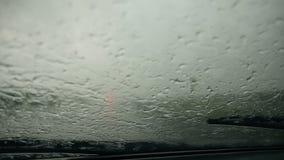 Widok z wewnątrz samochodu podczas ulewnego deszczu zdjęcie wideo