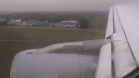Widok z wewnątrz samolotu ląduje przy lotniskiem który zbiory