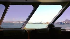 Widok z wewn?trz ferryboat seniora pojedynczych m??czyzn podziwia morze zbiory