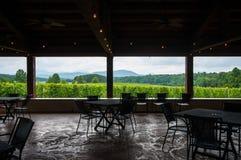 Widok -2 z wewnątrz wytwórnia win pawilonu w Blue Ridge Mountains Zdjęcie Royalty Free