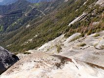 Widok z wierzchu Moro skały z swój stałej skały teksturą, przegapiający góry i doliny - sekwoja park narodowy zdjęcie stock