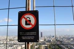 Widok z wierzchu wie?y eiflej w Pary? - chuj?cy mieszkanie przy wierzcho?kiem Eiffel Towe zdjęcie stock
