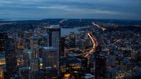 Widok zaświecał nocy drogi w dużym mieście fotografia stock