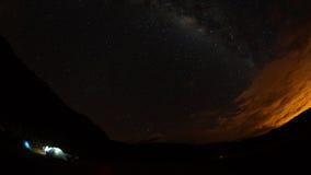 Widok zaświecający namioty na gwiaździstej nocy z Cotopaxi wulkanem w tle Fotografia Royalty Free