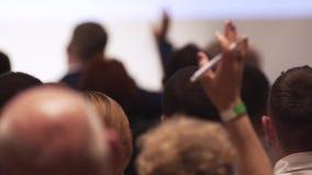 Widok za od wielkiego mieszanego pochodzenia etnicznego grupa ludzi w sali lekcyjnej, słuchający jako ich lector trzyma wykład zbiory