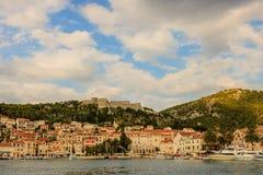Widok zadziwiający miejsce przeznaczenia dla podróży z pięknymi brogującymi domami w Hvar, Chorwacja zdjęcia royalty free