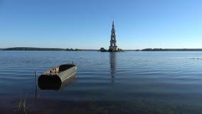 Widok zalewająca dzwonnica St Nicholas katedra na lato ranku Kalyazin, Rosja zbiory