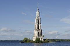 Widok zalewający dzwonkowy wierza St Nicholas katedra w Kalyazin fotografia royalty free