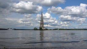 Widok zalewaj?cy dzwonkowy wierza St Nicholas katedra Kalyazin, Rosja zdjęcie wideo