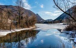 Widok zamarznięty jeziorny Ghirla w zimie, prowincja Varese, Włochy Zdjęcia Royalty Free