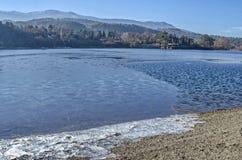 Widok zamarznięta woda, halny Vitosha, halny Plana i wioska, Pancharevo Fotografia Stock