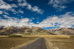 Widok Zanskar dolina wokoło Padum villange i wielki himalajskiego Zdjęcie Royalty Free
