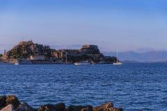Widok zatoka przy Corfu miasteczkiem na Greckiej wyspie Corfu z cytadeli pozyci strażnikiem fotografia royalty free