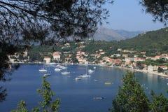 Widok zatoka z domami i łodziami wyspa Lopud, Chorwacja panorama wśród drzew, zdjęcie stock