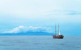Widok zbliża się wyspę statek Obrazy Stock