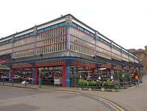 widok zegarowy wierza budynek historycznych ?wi?tobliwych peters farny ko?ci?? w centrum Huddersfield przeciw chmurnemu niebu i obraz stock
