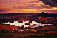 Widok Zernosecke jezero jezioro i Lovos wzgórze od Radobyl wzgórza w CHKO Ceske Stredohori regionie turystycznym po zmierzchu w c Zdjęcia Stock