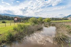 Widok Zgłębiałam zatoczka, rolni pola i historyczna stajnia przy O ` Keefe rancho, obraz royalty free
