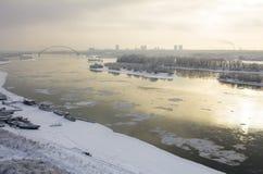 Widok zima rzeczny Ob w Novosibirsk na ponurego dnia ptasi ` Obrazy Royalty Free
