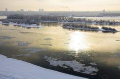 Widok zima rzeczny Ob w Novosibirsk na ponurego dnia ptasi ` Zdjęcie Stock