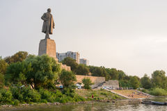 Widok zmierzch na deptaku i statui Lenin w Krasnoarmeysk okręgu Vol Obraz Royalty Free