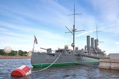 Widok zorza krążownik na Neva rzece w St Petersburg, fotografia stock