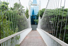 widok zwyczajny zawieszenie stali lub mosta wiszący footbridge Obrazy Royalty Free