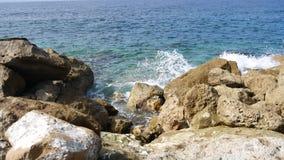 Widok zwykła wyspy linia brzegowa i otwarte morze Śródziemnomorska wyspa Cypr Pojęcie podróż zdjęcie wideo