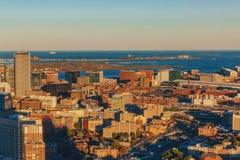 Widoki domy i Boston schronienie przy zmierzchem, w Boston, usa zdjęcie stock