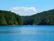 Widoki dwa Rzeczna łódź unosi się na jeziorze w parka narodowego Plitvice jeziorach, Chorwacja obrazy royalty free