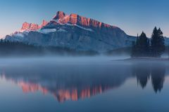 Widoki górscy gdy ty będziesz w Dwa Jack Jeziornym obozowisku Banff park narodowy w Alberta, Kanada Kolorowy jezioro, pierwszy śn obraz royalty free