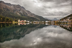 Widoki górscy i jezior odbicia zbliżają St Moritz, Szwajcaria Zdjęcie Royalty Free