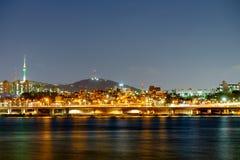 Widoki Han rzeka, przegapiający miasto s i budynku ` Obrazy Stock