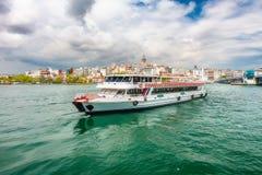 Widoki Istanbuł i Bosphorus z statkiem Obrazy Royalty Free