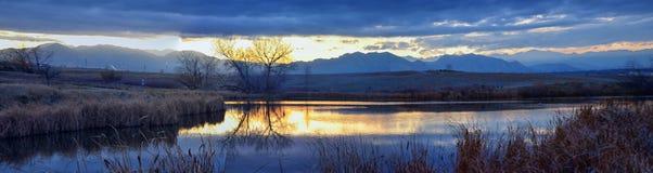 Widoki Josh's Stawowa chodząca ścieżka, Odbija zmierzch w Broomfield Kolorado otaczający ożypałkami, równiny i Skalistej góry l zdjęcie royalty free