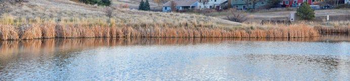 Widoki Josh's Stawowa chodząca ścieżka, Odbija zmierzch w Broomfield Kolorado otaczający ożypałkami, równiny i Skalistej góry l zdjęcia royalty free