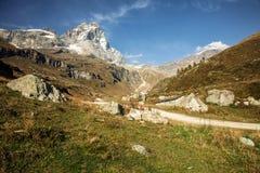 Widoki Matterhorn od Włoskiego miasteczka Breuil-Cervinia Zdjęcie Stock