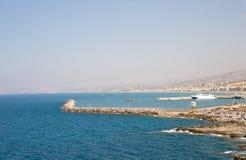 Widoki od falezy na błękitnym lazurowym morzu i Zdjęcie Royalty Free