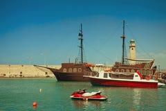 Widoki port i latarnia morska miasteczko Rethymno, Cret Fotografia Stock