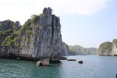 Widoki urocze falezy i morze z turkus wodą w sławnym miejscu w Wietnam - brzęczenia Tęsk zatoka zdjęcie stock