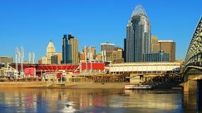 Widoku Cincinnati linia horyzontu z rzeką ohio zdjęcie royalty free